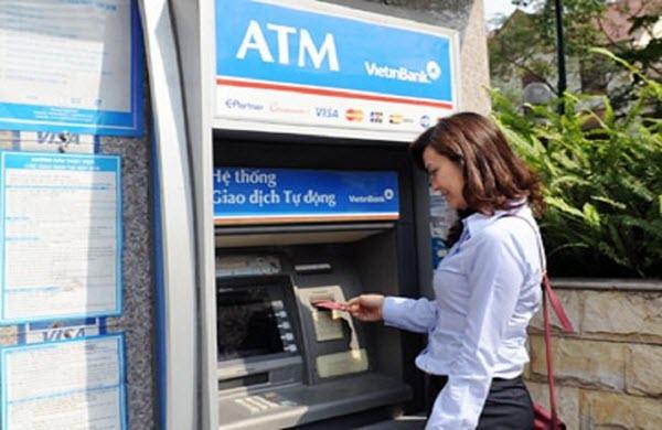 Thẻ tín dụng Vietinbank có rút tiền mặt được không, biểu phí ra sao?